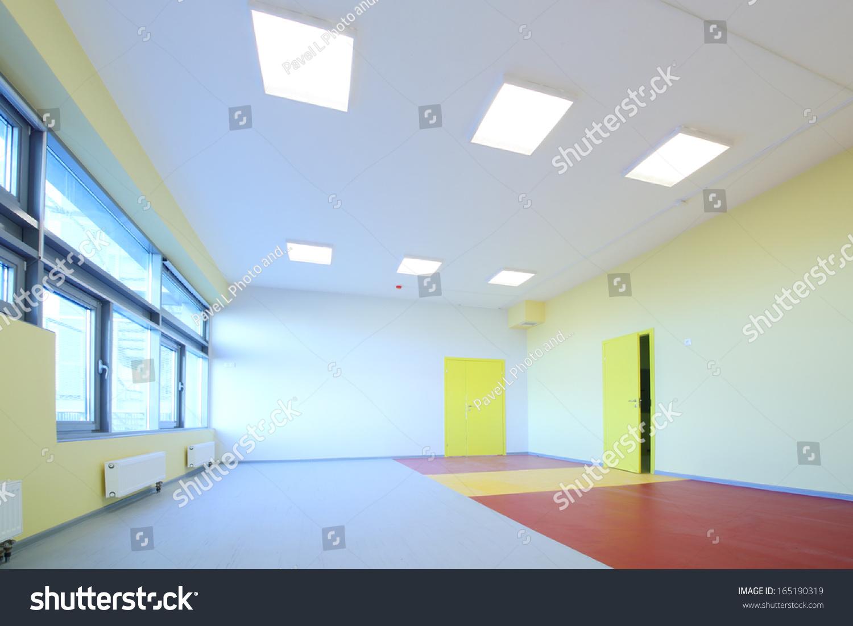黄色的游戏室墙壁和幼儿园的大窗户-编辑-海洛创意()