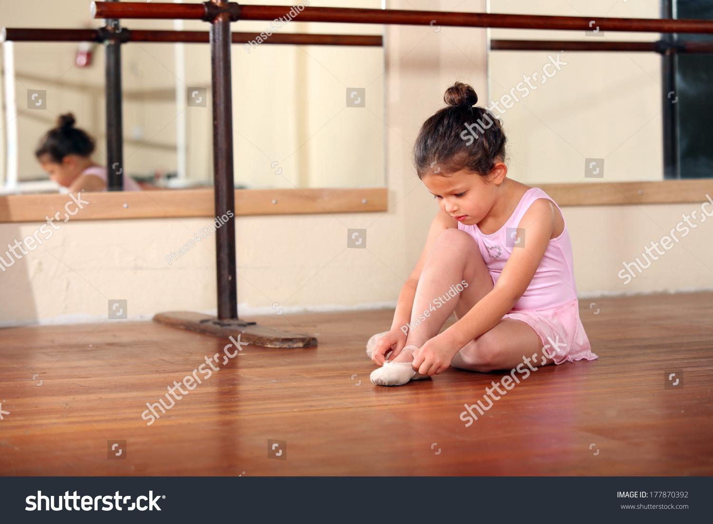 可爱的小女孩练习芭蕾舞