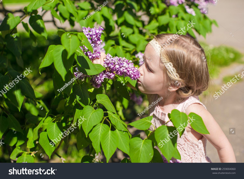 可爱的小女孩在花园里的花朵