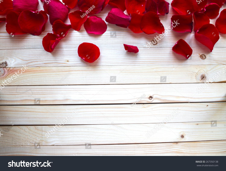 玫瑰花瓣边境一个木制的桌子上