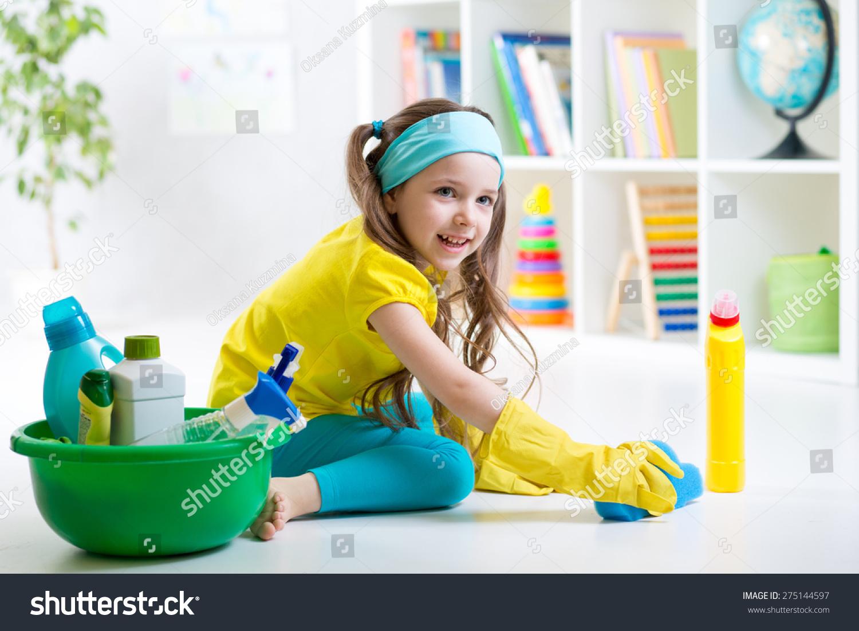 可爱的孩子小女孩在儿童房清理地板