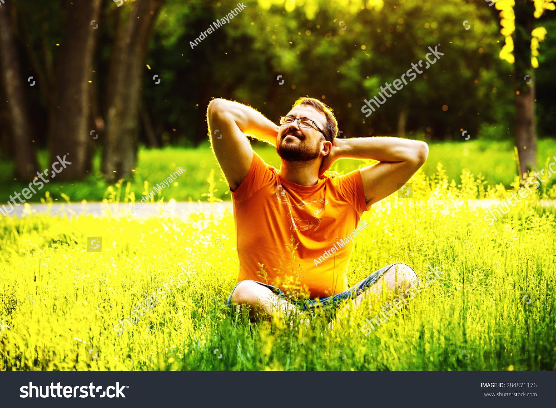 微笑快乐高兴的人?#20146;?#22312;绿草和折叠臂头在阳光明媚的夏日公园后面的背景。幸福和健康的生活方式的概念-人物,公园/户外-海洛创意正版图片,视频,音乐素材交易?#25945;?Shutterstock中国独家合作伙伴-?#31350;?#26071;下品牌