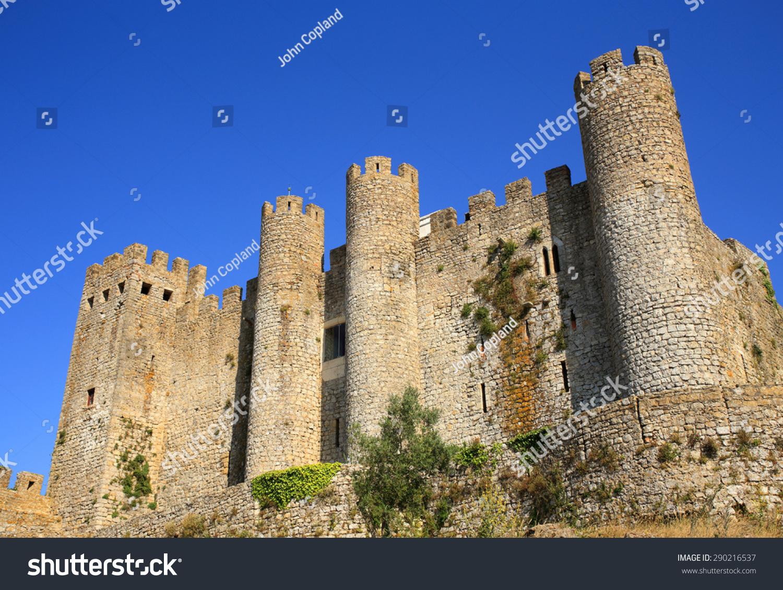 中世纪的城堡保护北部的小镇.图片