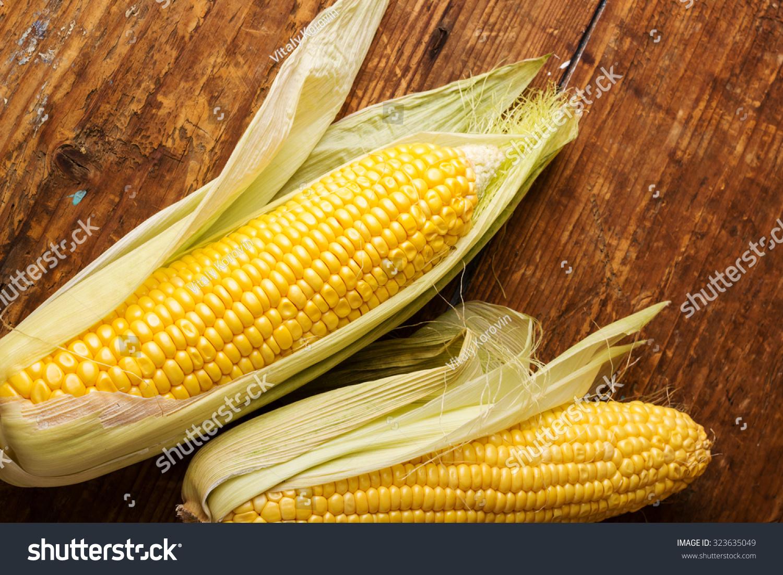 玉米穗轴上老式的木头背景