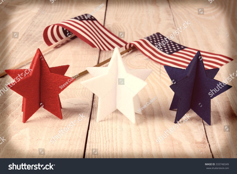 白色和蓝色恒星木头桌子上有两个