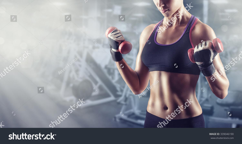 子与权重在健身房锻炼